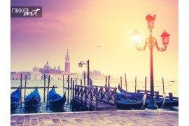 Gondels op San Marco plein met het eiland San Giorgio Maggiore in achtergrond