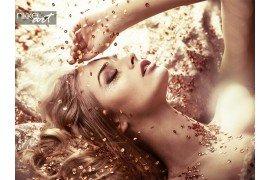 Mooie dame nemen van een bad goud kristal