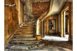 Oude trap in een verlaten gebouw