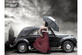 Portret van prachtige elegante brunette vrouw in de buurt van zwarte auto