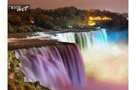 Niagara falls verlicht nachts door kleurrijke lichten