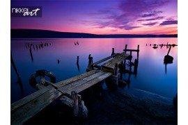 Lange tijd blootstelling landschap met meer na zonsondergang