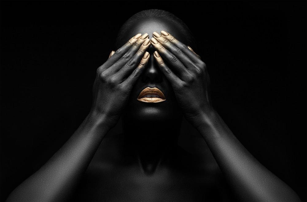 Vrouw met gouden make-up  53688008