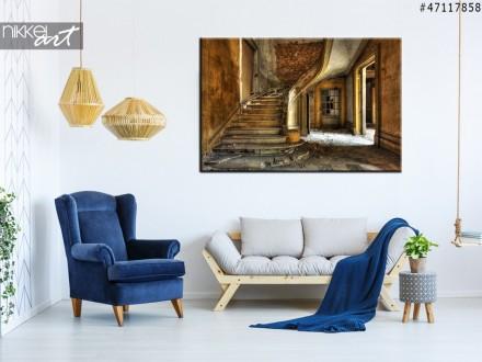 Foto op Canvas Oude trap in een verlaten zaal