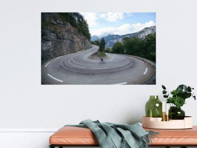 Ciclista en la curva cerrada