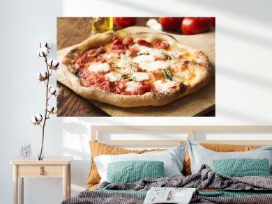 Hausgemachte Pizza Napoletana mit frischem Basilikum und Büffelmozzarella
