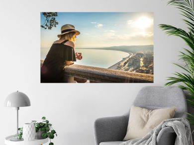Femme regardant l'horizon au point de vue de la colline du château, Nice, France