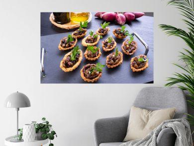 Tartelette salate ripiene sul vassoio