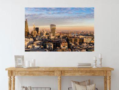 Sonnenuntergang hinter der neuen Skyline von London