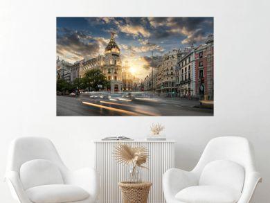 Die Einkaufsstraße Gran Via in Madrid, Spanien, bei Sonnenuntergang