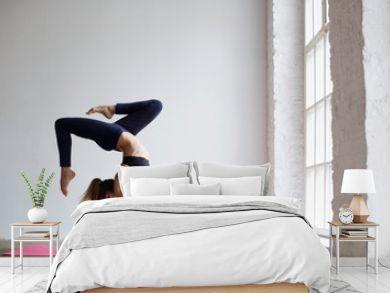 Practices yoga.