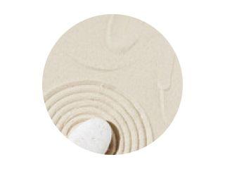 Achtergrond met zensteen op zand. Zentuin met concentrische cirkels rond kiezelsteen