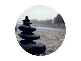 Zen stenen stapel in rivier