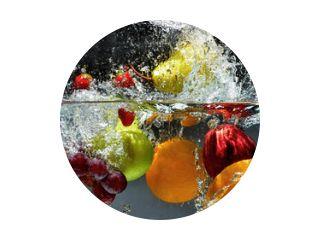 Groenten en fruit spatten in het water