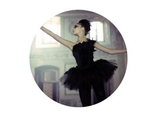 Zwarte zwaan balletdanser in beweging