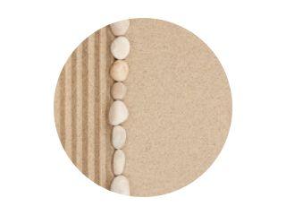 Streep van witte stenen die op het zand liggen