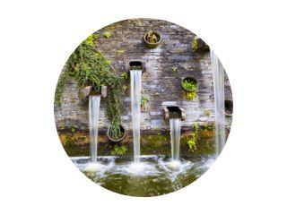 Rotswand met kleine watervallen in park Planten un Blomen