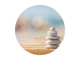 zen stenen jy houten banch op het strand in de buurt van zee. Buitenshuis