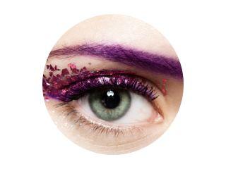 Close-up van het open oog van een vrouw met een glanzende trendy make-up in violette tinten met glitters