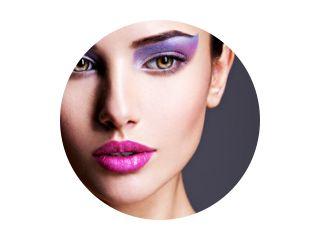 Mooi meisje gezicht close-up met paarse oog make-up. mode m