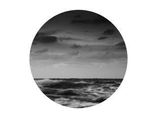 lange blootstelling van de zeekust. zwart-wit landschap
