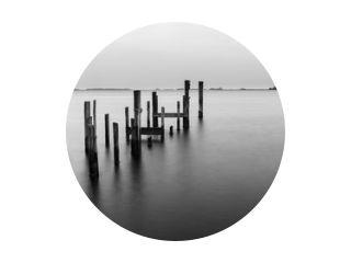 Lange blootstelling van houten palen in zwart-wit