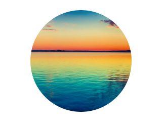 Zonsondergang over het meer. Geweldig panoramalandschap