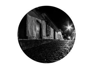 Een kleine oude stad bij nacht