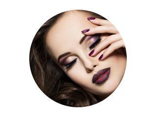 Mooi gezicht van vrouw met kastanjebruine make-up en nagels
