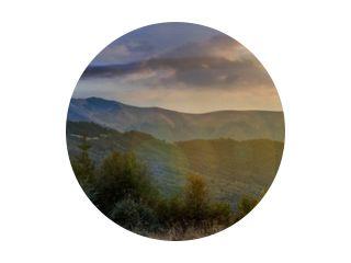 tijdveranderingsconcept over de Karpaten. panorama met zon en maan aan de hemel. prachtig landschap met beboste heuvels en de berg Apetska in de verte.