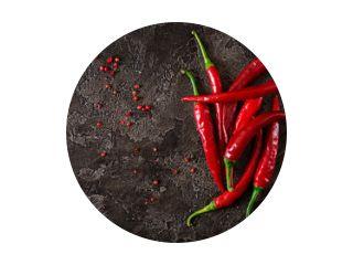 Red hot chili peppers op grijze tafel. Bovenaanzicht