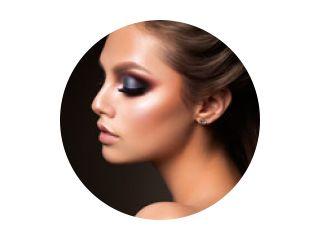Close-up van mooi vrouwelijk gezicht met kleurrijke make-up en lippen, ogen dicht