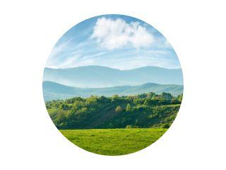 panorama van het prachtige landschap van roemenië. zonnige middag. prachtige lente landschap in de bergen. grasveld en glooiende heuvels. landelijke omgeving