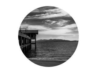 zeegezicht thailand satun pier zwart en wit zonsondergang