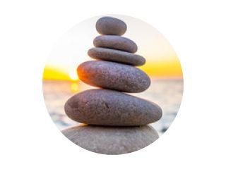 Gestapelde stenen op het strand