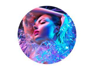 Mannequin vrouw in kleurrijke felle neonlichten poseren in studio door transparante film. Portret van mooi sexy meisje in UV. Art design kleurrijke make-up
