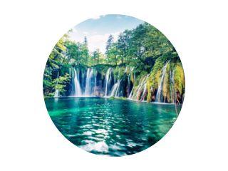 Verse ochtendmening van zuiver waterwaterval in het Nationale Park van Plitvice. Schilderachtige lentescène van groen bos met meertje, Kroatië, Europa. Schoonheid van de natuur concept achtergrond.