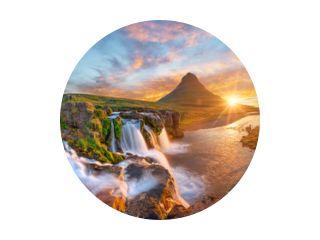 Prachtig landschap met zonsopgang op de Kirkjufellsfoss-waterval en de Kirkjufell-berg, IJsland, Europa.