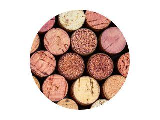 Wijn kurken patroon. Diverse houten wijnkurken als achtergrond. Eten en drinken concept.