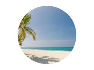 Tropisch strandpanorama als zomerlandschap met strandschommel of hangmat en wit zand en kalme zee voor strandbanner. Perfecte strandscène vakantie en zomervakantie concept. Verbeter het kleurproces