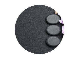 Platliggende compositie met stenen en orchideebloemen op zwart zand, ruimte voor tekst. Zen-concept