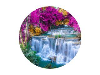 Geweldig in de natuur, prachtige waterval in kleurrijk herfstbos in het herfstseizoen