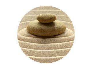 Zen tuin meditatie stenen achtergrond met stenen en lijnen in zand voor ontspanning balans en harmonie spiritualiteit of spa wellness