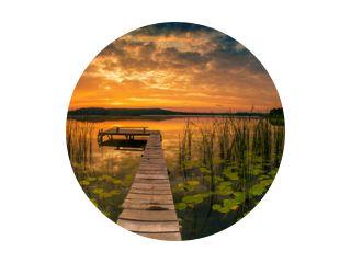 Panorama van prachtige zonsopgang boven het meer