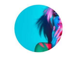 Mannequin vrouw in kleurrijke felle lichten, portret van mooi feestmeisje met trendy make-up, manicure en kapsel. Kunstontwerp van discodanseres, kleurrijke make-up. Over kleurrijke levendige achtergrond