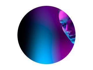 High Fashion model vrouw in kleurrijke felle neonlichten poseren in studio, nachtclub. Portret van mooi meisje in UV. Art design kleurrijke make-up. Op kleurrijke levendige achtergrond, kunstontwerp.