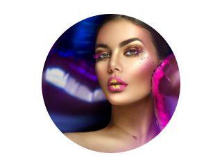 Schoonheid fashion model meisje creatieve kunst make-up, over paarse, roze en violet lucht ballonnen achtergrond. Vrouw gezicht Make-up met edelstenen, roze met gouden lippen, paarse oogschaduw. Breedbeeld.