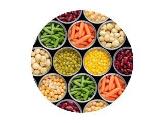Naadloze voedsel achtergrond gemaakt van geopende ingeblikte kikkererwten, groene spruiten, wortelen, maïs, erwten, bonen en champignons op zwarte achtergrond