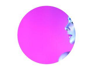 Kleurrijk portret van een mooie jonge vrouw over paarse achtergrond. High Fashion model meisje in kleurrijke felle neonlichten poseren in studio, nachtclub. Portret van mooi meisje in UV. Kunst ontwerp
