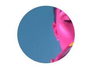 High Fashion model meisje in kleurrijke felle UV-lampen poseren in studio, portret van mooie vrouw met trendy make-up en manicure. Art design, kleurrijke make-up. Over kleurrijke achtergrond